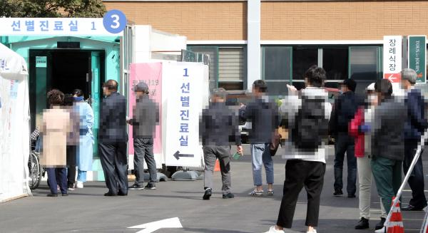 지난 15일 서울 동대문구 국립중앙의료원 코로나19 선별진료소에 검사를 받으려는 시민 등이 대기하고 있다. / 사진=연합뉴스